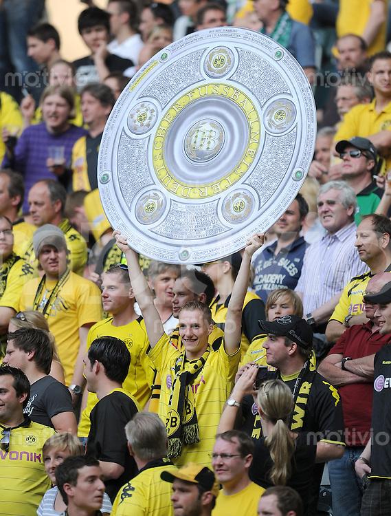 Fussball 1. Bundesliga :  31. Spieltag, Saison   2010/2011      Borussia Moenchengladbach - Borussia Dortmund     23.04.2011 BVB Fan mit der Meisterschale