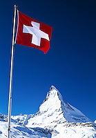 Switzerland, Wallis, Zermatt, Swiss Flag and Matterhorn Mountain (4.478 m) | Schweiz, Wallis, Zermatt, Schweizer Fahne vorm Matterhorn (4.478 m)