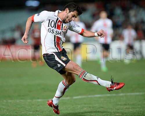 07.04.2015. Sydney, Australia. AFC Champions League. Western Sydney Wanderers v FC Seoul. Seoul forward Éverton Santos shoots for goal.