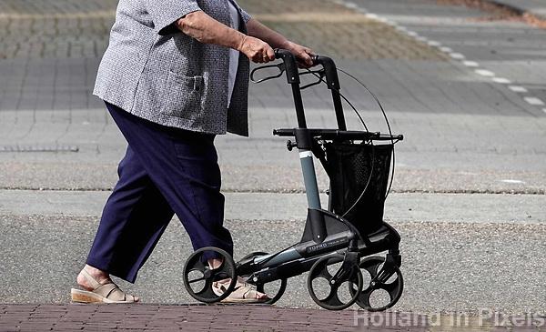 Nederland - Bergen op Zoom -  16september 2018. Vrouwn met een rollator.  Foto Berlinda van Dam / Hollandse Hoogte