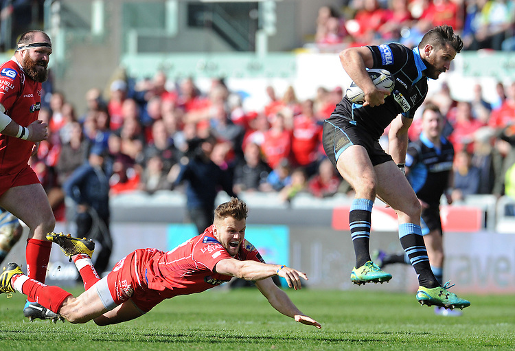 Glasgow Warriors' Tommy Seymour avoids the attempted tackle by Scarlets' Steffan Evans<br /> <br /> Photographer Ian Cook/CameraSport<br /> <br /> Rugby Union - Guinness PRO12 Round 20 - Scarlets v Glasgow Warriors - Saturday 16th April 2016 - Parc y Scarlets - Llanelli <br /> <br /> &copy; CameraSport - 43 Linden Ave. Countesthorpe. Leicester. England. LE8 5PG - Tel: +44 (0) 116 277 4147 - admin@camerasport.com - www.camerasport.com