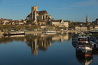 France, Yonne (89), Auxerre, l'yonne et de gauche à droite, la cathédrale Saint-Etienne d'Auxerre, l'abbaye Saint-Germain //  France, Yonne, Auxerre, the Yonne river, the Cathedral Saint Etienne of Auxerre, the abbey Saint Germain (right)