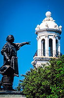 Dominikanische Republik, Santo Domingo: Kolumbus Statue im Parque Colón und Rathausturm | Dominican Republic, Santo Domingo: statue of Christopher Columbus at Parque Colón and city hall tower