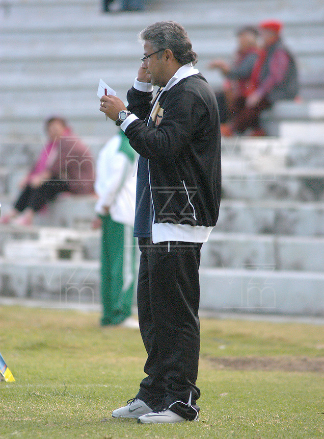 TUNJA -COLOMBIA, 01-03-2015: Guillermo Berrio asistente técnico de Aguilas Pereira durante partido con Patriotas FC por la fecha 7 de La Liga Aguila I 2015 jugado en el estadio La Independencia de la ciudad de Tunja. / Guillermo Berrio coach assistant of Aguilas Pereira during the match against Patriotas FC for the 5th date of La Liga Aguila I 2015 played at La Independence stadium in Tunja. Photo: VizzorImage / Cesar Melgarejo A / Cont