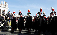 La Banda dei Carabinieri in alta uniforme si esibisce prima della benedizione Urbi et Orbi di Papa Francesco in occasione del Natale, dalla loggia centrale della Basilica di San Pietro, Citta' del Vaticano, 25 dicembre 2015.<br /> The Carabinieri Band performs before the Pope Francis' Urbi et Orbi (To the City and to the World) blessing on the occasion of the Christmas day from the central loggia of St. Peter's Basilica, Vatican, 25 December 2015.<br /> UPDATE IMAGES PRESS/Isabella Bonotto<br /> <br /> STRICTLY ONLY FOR EDITORIAL USE