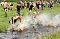 Nederland Westzaan 2016.  Start van de jaarlijke Prutrace door de modderige slootjes. Foto Berlinda van Dam / Hollandse Hoogte