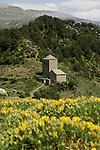 Chapelle de la Virgen de Fajanillas sur le promontoire du village de Tella. Pyrénées centrales. Parc national D'ordesa et du Mont Perdu. Patrimoine mondial de l'Unesco. Espagne.The Spanish Pyrenees. Spain.
