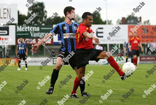 2010-08-18 / Seizoen 2010-2011 / Voetbal / R Kapellen FC - KFC Vigor Wuitens-Hamme / Rachid Allachi van Kapellen met Brecht Verstraete van Vigor Wuitens-Hamme in de rug..Foto: mpics