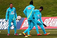 LONDRES, INGLATERRA, 05 FEVEREIRO 2013 - TREINO SELECAO BRASILEIRA - Adriano Correa (E), Neymar  (C) e Luis Fabiano  (D) durante treino da seleção brasileira de futebol em um dos campos do The Hive Football Centre na tarde desta terça-feira, 05. Amanha a seleção brasileira enfreta a selecao inglesa em amistoso internacional. (FOTO: GUILHERME ALMEIDA / BRAZIL PHOTO PRESS).