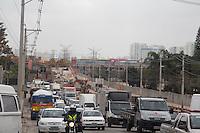 SAO PAULO, SP, 29.08.2014 - TRANSITO - SAO PAULO - Av. Guido Caloi Com transito pesado nesta sexta-feira (29) consequente de obras de pavimentação e expansão da linha 5 lilás do metro. (Foto: Fabricio Bomjardim / Brazil Photo Press),