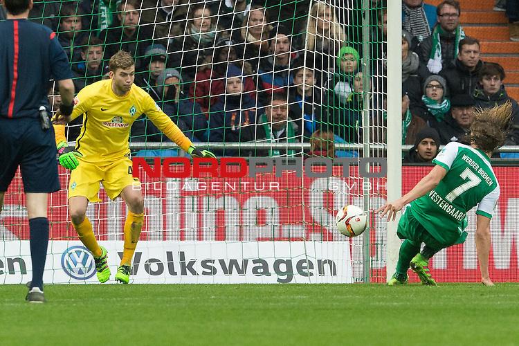 19.03.2016, Weser Stadion, Bremen, GER, 1.FBL. Werder Bremen vs FSV Mainz 05, im Bild<br /> <br /> Felix Wiedwald (Bremen #42) <br /> Jannik Vestergaard  (Bremen #7)<br /> riskante Ruekgabe<br /> <br /> Foto &copy; nordphoto / Kokenge