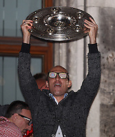 10.05.2014, Marienplatz, Muenchen, GER, 1. FBL, FC Bayern Muenchen Meisterfeier, im Bild Arjen Robben #10 (FC Bayern Muenchen) auf dem Rathausbalkon, haelt die Meisterschale in der Hand // during official Championsparty of Bayern Munich at the Marienplatz in Muenchen, Germany on 2014/05/11. EXPA Pictures © 2014, PhotoCredit: EXPA/ Eibner-Pressefoto/ Kolbert<br /> <br /> *****ATTENTION - OUT of GER***** <br /> Football Calcio 2013/2014<br /> Bundesliga 2013/2014 Bayern Campione Festeggiamenti <br /> Foto Expa / Insidefoto