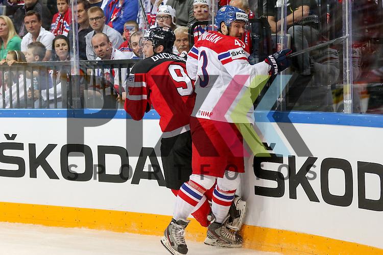 Tschechiens Kovar, Jan (Nr.43)(Metallurg Magnitogorsk) mit einem Bandencheck gegen Canadas Duchene, Matt (Nr.9) der misglueckt im Spiel IIHF WC15 Canada vs. Czech Republic.<br /> <br /> Foto &copy; P-I-X.org *** Foto ist honorarpflichtig! *** Auf Anfrage in hoeherer Qualitaet/Aufloesung. Belegexemplar erbeten. Veroeffentlichung ausschliesslich fuer journalistisch-publizistische Zwecke. For editorial use only.