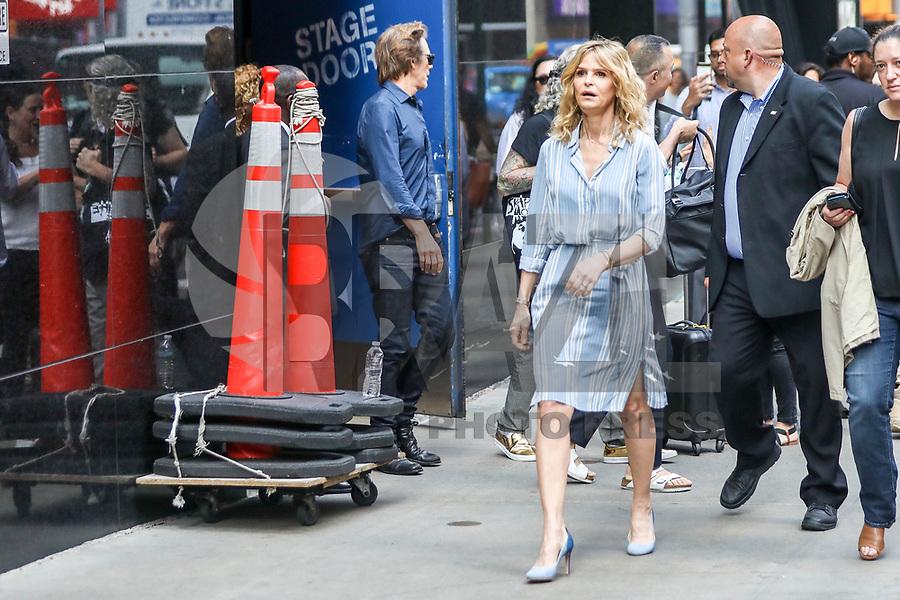 NEW YORK, EUA, 18.07.2017 - KYRA-SEDGWICK - A atriz Kyra Sedgwick é vista na região da Times Square em New York nesta terça-feira, 18. (Foto: Vanessa Carvalho/Brazil Photo Press)