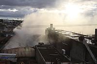 SÃO PAULO, SP, 15/01/2012, INCENDIO SAPOPEMBA.<br /> <br />  Um incendio de grandes proporções destruiu na manhã de hoje (15) uma industria que beneficia borracha, que fica na Rua Nova Brasilia nº 150 no bairro do Sapopemba.<br />  A estrutura metalica do telhado entrou em colapso (ruiu), houve necessidade da evacuação das casas ao lado da empresa, já que a mesma está em área residencial.<br />  Ninguém ficou ferido.<br /> <br />  Luiz Guarnieri/ News Free