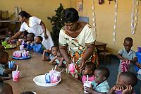 TOGO, Lome, Zentrum DZIDUDU der Organisation BNCE (Bureau National Catholique de l'Enfance) zur Betreuung von Lastentraegerinnen und Marktfrauen und deren Kindern, Leiterin des Kindergarten: Colette DEKU