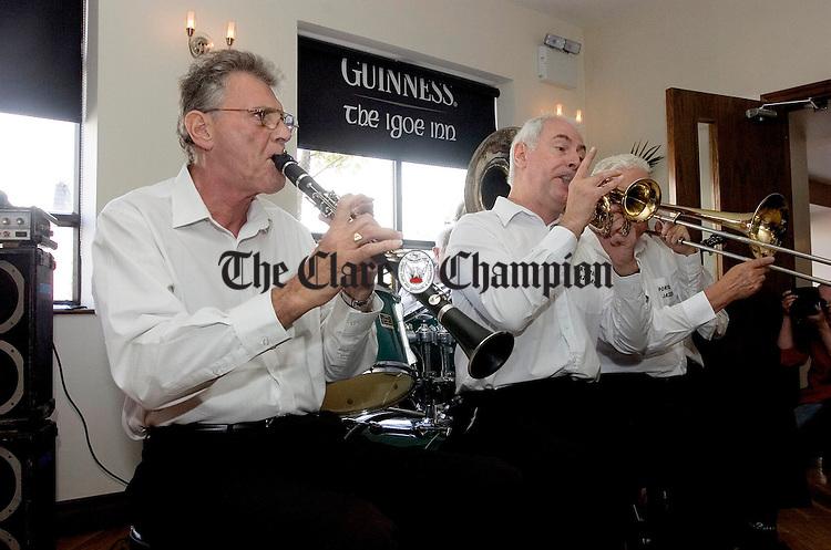 The Portobello Jazz Band ntertain in Igoes during the Doonbeg Jazz Festival.Pic Arthur Ellis.