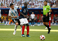 KAZAN - RUSIA, 30-06-2018: Ngolo KANTE (Der) jugador de Francia disputa el balón con Enzo PEREZ (Izq) jugador de Argentina durante partido de octavos de final por la Copa Mundial de la FIFA Rusia 2018 jugado en el estadio Kazan Arena en Kazán, Rusia. / Ngolo KANTE (R) player of France fights the ball with Enzo PEREZ (L) player of Argentina during match of the round of 16 for the FIFA World Cup Russia 2018 played at Kazan Arena stadium in Kazan, Russia. Photo: VizzorImage / Julian Medina / Cont