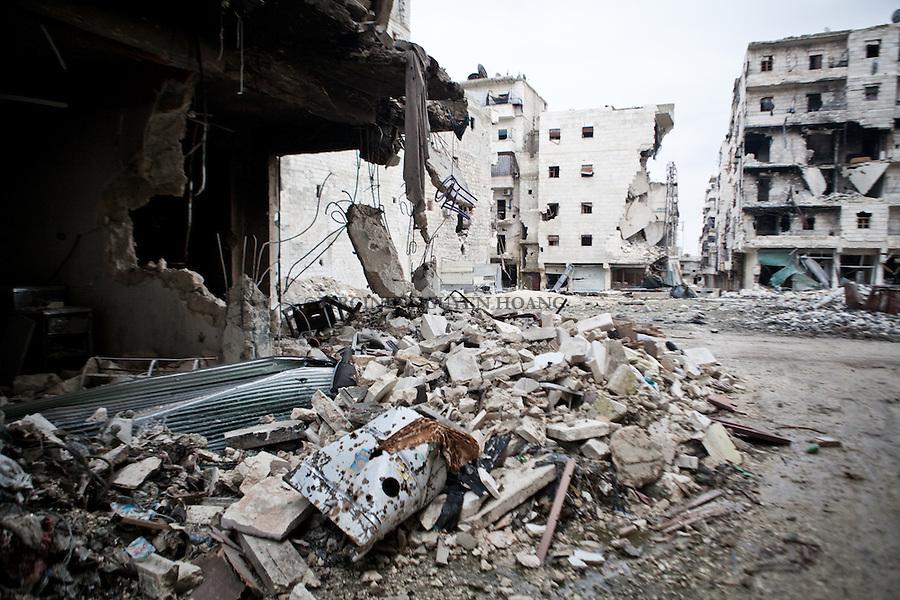 """Destroyed buildings by a jet Al Amria, Aleppo. Many areao of Aleppo look now like this, a """"Stalingrad"""" zone some journalists call it..Bâtiments détruits par un avion de guerre dans le qurtier d'Al Amria, Alep. De nombreux quartier d'Alep sont similaire, des zones """"Stalingrad"""" comme le disent parfois les journalistes."""