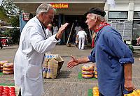 Kaasmarkt Edam. Handje klap op de markt.