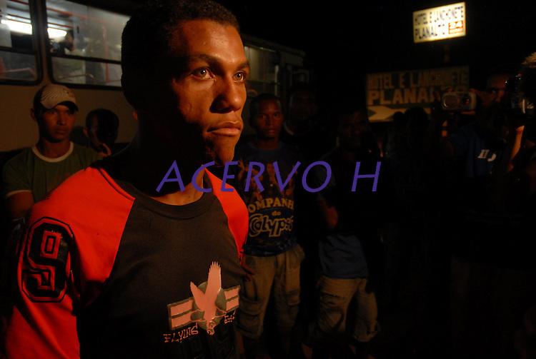 Ex-funcionários da Pagrisa chegam de ônibus a Ulianópolis após receberem as devidas indenizações.<br /> <br /> <br /> <br /> A empresa do setor sucroalcooleiro foi autuada pelo Ministério do Trabalho acusada de manter mil trabalhadores em condições análogas a do  trabalho escravo aconteceu durante fiscalização do grupo móvel que chegou a empresa através de denúncias.<br /> <br /> Formado por seis auditores, um procurador e cinco agentes da polícia federal, o grupo móvel constatou, de acordo com Humberto Célio coordenador da operação, que os trabalhadores eram submetidos a jornada excessiva de trabalho,  atraso de salários, alojamentos superlotados, esgotos a céu aberto entre outros problemas configurando a trabalho análogo ao escravo.<br /> Ulianópolis, Pará, Brasil.<br /> Foto Paulo Santos<br /> 04/07/2007