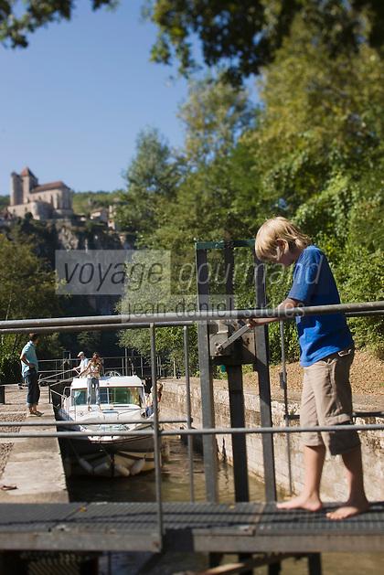 Europe/France/Midi-Pyrénées/46/Lot/Saint-Cirq-Lapopie: Navigation fluviale sur la vallée du Lot à l'écluse  Auto N°: 2008-213  Auto N°: 2008-214  Auto N°: 2008-217