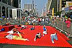 Prática de yoga na Avenida  Paulista, São Paulo. 2004. Foto de Juca Martins.