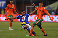 ENVIGADO -COLOMBIA-11-08-2013. Un jugador de Enviggado lucha por el balón con Johnny Ramirez (I) durante encuentro entre Envigado y Millonarios válido por la fecha 3 de la Liga Postobón II 2013 realizado en el Parque Estadio de la ciudad de Envigado./ Envigado player fights for the ball with Johnny Ramirez during match between Envigado and Millonarios valid for the 3th date of the Postobon League II 2013 at Parque Estadio in Envigado city.  Photo: VizzorImage/Luis Ríos/STR