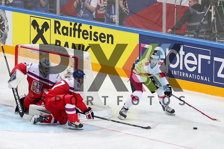 Schweizs Fiala, Kevin (Nr.21) im Zweikampf mit Tschechiens Nakladal, Jakub (Nr.87)(TPS Turku)  im Spiel IIHF WC15 Tschechien vs. Schweiz.<br /> <br /> Foto &copy; P-I-X.org *** Foto ist honorarpflichtig! *** Auf Anfrage in hoeherer Qualitaet/Aufloesung. Belegexemplar erbeten. Veroeffentlichung ausschliesslich fuer journalistisch-publizistische Zwecke. For editorial use only.