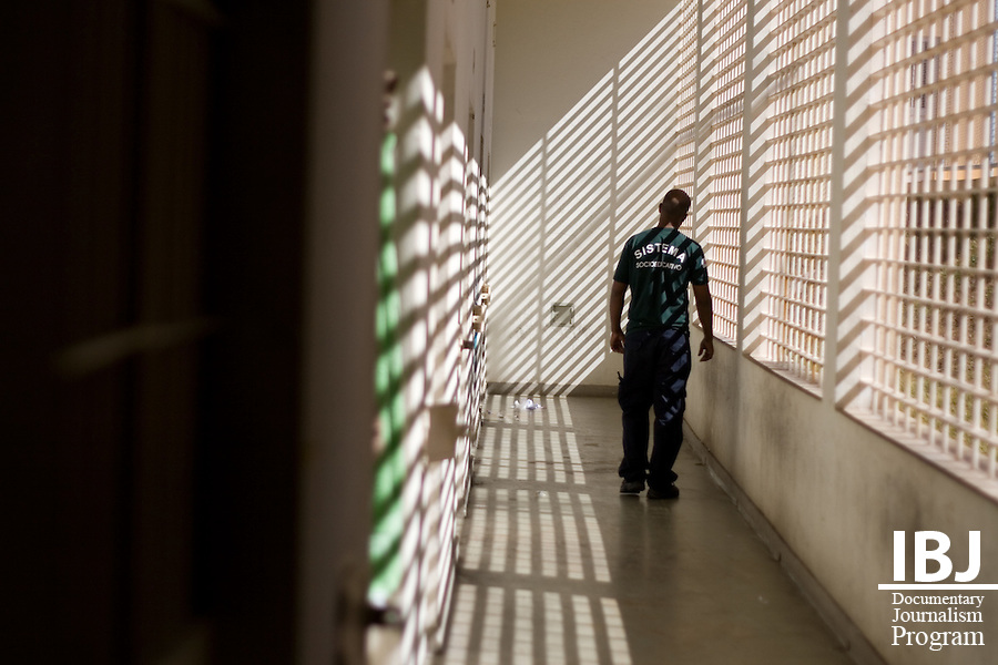 A security guard at Centro Socioeduativo, a detention facility in Divinopolis, Brazil demonstrates how guards do not use guns and are restricted in their ability to use physical force when enforcing compliance. IBJ Fellow Dr. Saliba is educating the local community in Divinopolis about habeas corpus to reduce the number of illegally detained prisoners awaiting sentencing.