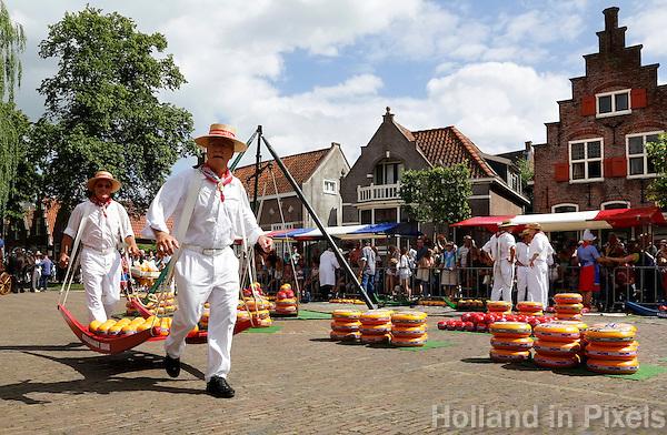 Nederland Edam 2015 07 22 .  Kaasmarkt in Edam . Kaasdragers dragen een berrie vol kaas