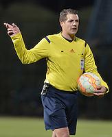 BOGOTA -COLOMBIA, 22-09-2015. German Delfino (ARG), arbitro, durante el partido de ida entre Deportes Tolima (COL) y Sportivo Luqueño (PAR) por los octavos de final, llave D, de la Copa Sudamericana 2015 jugado en el estadio Metropolitano de Techo de la ciudad de Bogotá./ German Delfino (ARG), referee during the first leg match between Deportes Tolima (COL) and Sportivo Luqueño (PAR) for the knockout round of the Copa Sudamericana 2015 played at Metropolitano de Techo stadium in Bogota city. Photo: VizzorImage / Gabriel Aponte / Staff