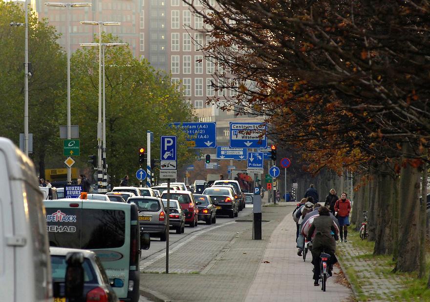 Nederland, Den Haag, 10 nov 2005&amp;#xA;&amp;#xA;Spitsuur. Verkeer op belangrijke haagse verkeersader. File in de stad. Uitstoot, mobiliteit, luchtkwaliteit, roet, roetfilter. luchtvervuiling.&amp;#xA; &amp;#xA;Foto (c) Michiel Wijnbergh<br />