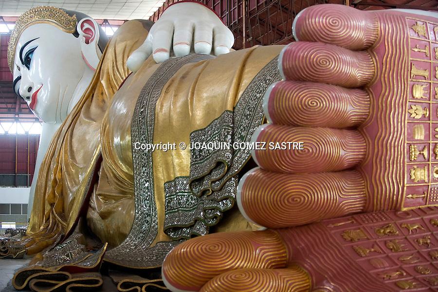 Escultura de un Buda Recostado en  la pagoda de  Chauk Htat Gyi en Yangon capital de Myanmar.foto © JOAQUINN GOMEZ SASTRE