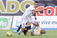 ITAGÜÍ -COLOMBIA-15-09-2013. Jugador (I) de Itagüi disputa el balón con Humberto Mendoza (D) de Envigado durante partido de la fecha 9 de la Liga Postobón II 2013 en el Estadio Ditaires Ciudad de Itagüi./ Itagüi player (L) fights for the ball with Envigado Humberto Mendoza (R) during match on the 9th date of the Postobon League II 2013 at Ditaires stadium in Itagüi city..  Photo:VizzorImage/Luis Ríos/STR