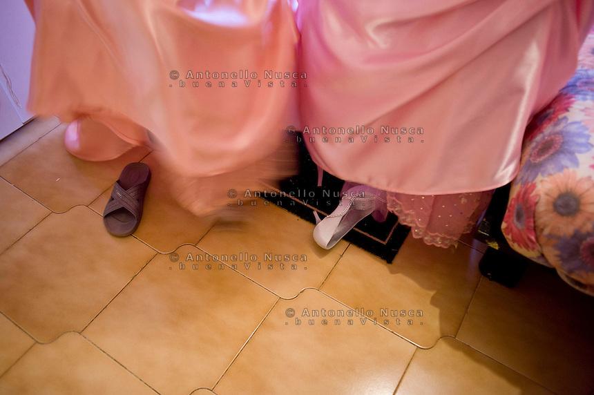 Giuseppe (Bea) della Pelle e Marioara Dadiloveanu, durante i preparativi per il matrimonio.