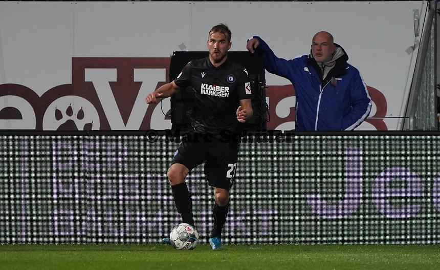 Lukas Grozurek (Karlsruher SC) - 04.10.2019: SV Darmstadt 98 vs. Karlsruher SC, Stadion am Boellenfalltor, 2. Bundesliga<br /> <br /> DISCLAIMER: <br /> DFL regulations prohibit any use of photographs as image sequences and/or quasi-video.