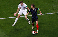 MOSCU - RUSIA, 11-07-2018: <br /> Luka MODRIC (C) (Der) jugador de Croacia disputa el balón con Jordan HENDERSON (Izq) jugador de Inglaterra durante partido de Semifinales por la Copa Mundial de la FIFA Rusia 2018 jugado en el estadio Luzhnikí en Moscú, Rusia. / Luka MODRIC (C) (R) player of Croatia fights the ball with Jordan HENDERSON (L) player of England during match of Semi-finals for the FIFA World Cup Russia 2018 played at Luzhniki Stadium in Moscow, Russia. Photo: VizzorImage / Julian Medina / Cont