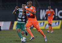 ENVIGADO -COLOMBIA, 18-10-2019: Jonathan Estrada de Envigado disputa el balón con Walmer Pacheco de Equidad durante partido por la fecha 18 de la Liga Águila II 2019 entre Envigado FC y La Equidad jugado en el Polideportivo Sur de la ciudad de Envigado. / Jonathan Estrada of Envigado fights for the ball with Walmer Pacheco of Equidad during match for the date 18 of the Aguila League II 2019 between Envigado FC and La Equidad played at Polideportivo Sur in Envigado city city.  Photo: VizzorImage/ León Monsalve / Cont