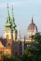 HUN, Ungarn, Budapest, Blick vom Budaer Burgberg: Tuerme der St. Annen-Kirche und Kuppel des Parlaments | HUN, Hungary, Budapest,  view from Castle District at spires of St. Annen church and dome of Parliament