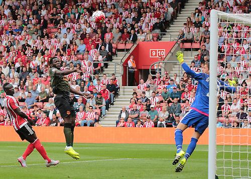 15.08.2015. Southampton, England. Barclays Premier League. Southampton versus Everton. Romelu Lakaku of Everton with the climbing header past Southampton keeper Stekelenburg to make it 1-0 Everton