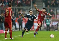 FUSSBALL   1. BUNDESLIGA  SAISON 2012/2013   27. Spieltag   FC Bayern Muenchen - Hamburger SV    30.03.2013 Claudio Pizarro (re, FC Bayern Muenchen) gegen Gojko Kacar (Mitte, Hamburger SV)