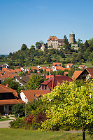 Deutschland, Bayern, Mittelfranken, Altmuehltal, Markt Colmberg: oberhalb des Ortes Burg Colmberg, auch Burg Kolbenberg, mit Bergfried, heute ein Hotel | Germany, Bavaria, Middle Franconia, Altmuehl Valley, Colmberg: above Castle Colmberg with donjon, today a hotel