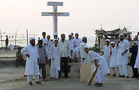 INDIA Mumbai Bombay, muslims play cricket near christian cross in Bandra at sea  / INDIEN Bombay Mumbai, Muslime spielen Kricket an einem Christenkreuz im Stadtteil Bandra am Meer