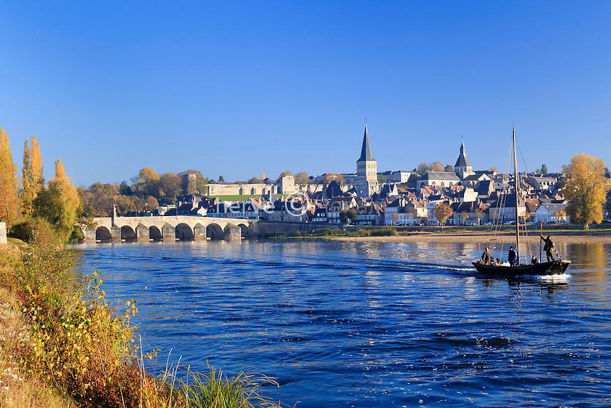 France, Nièvre (58), La Charité-sur-Loire,  navigation traditionnelle sur la Loire // France, Nievre, La Charite sur Loire in autumn and traditional navigation on the Loire