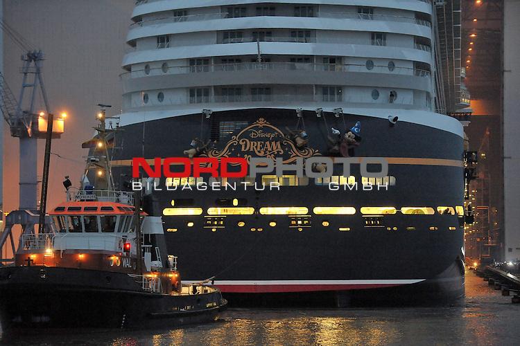30.10.2010, Meyer Werft, Papenburg, GER, Ausdocken Kreuzfahrschiff Disney Dream, im Bild Ausdocken (Verlassen des Baudocks) des Kreuzfahrtschiffes Disney Dream der Reederei Disney Cruise Line bei der Meyer-Werft in Papenburg/ Emsland am 30.10.2010.  Ein schwimmendes Disney Land wartet auf die Passagiere der Disney Cruise Line an Bord der Disney-Kreuzfahrtschiffe. Die amerikanische Reederei mit bisher zwei Schiffen hat zwei weitere bei der MEYER WERFT in Auftrag gegeben. In den Jahren 2011 und 2012 sollen die beiden Schiffe der Post-Panmax-Klasse fertig gestellt und an die Reederei abgeliefert werden. Die Schiffe werden jedes &uuml;ber 330 Meter lang &ndash; dreimal l&auml;nger als ein Fu&szlig;ballfeld &ndash; und knapp 37 Meter breit sein. In mehr als 1.200 Kabinen finden k&uuml;nftig gro&szlig; und klein ein komfortables und gem&uuml;tliches Ambiente zum Wohlf&uuml;hlen und Ausspannen. Bei Disney kommen nat&uuml;rlich vor allem die kleinen G&auml;ste voll auf ihre Kosten. Besonderer Spa&szlig; ist garantiert, wenn Mickey und seine Freunde mit an Bord kommen und die Reisenden mit Witz und Charme begleiten. Sie sorgen f&uuml;r Unterhaltung und Abwechslung auf See Foto &copy; nph / Albers *** Local Caption *** Fotos sind ohne vorherigen schriftliche Zustimmung ausschliesslich f&uuml;r redaktionelle Publikationszwecke zu verwenden.<br /> Auf Anfrage in hoeherer Qualitaet/Aufloesung