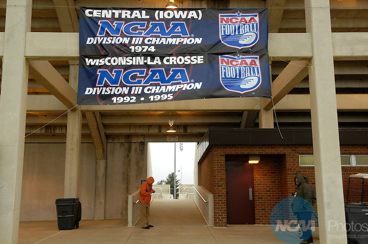 15 DEC 2007:  Mount Union takes on UW-Whitewater during the Division III Men's Football Championship held at Salem Stadium in Salem, VA. The University of Wisconsin-Whitewater defeated Mount Union 31-21 to win the national title. Stephen Nowland/NCAA Photos