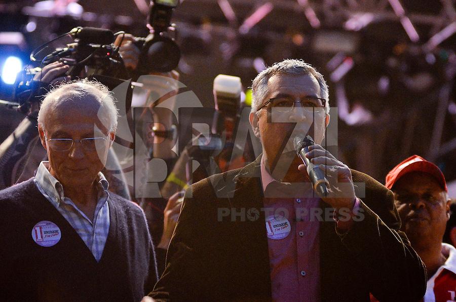 SÃO PAULO, SP, 01.05.2014 – DIA DO TRABALHADOR  CUT/CTB/CSB - Eduardo Suplicy (e) e Alexandre Padilha (d)   durante ato para comemorar o Dia Internacional do Trabalhador organizado pela Central Única dos Trabalhadores (CUT), Central dos Trabalhadores do Brasil (CTB) e a Central dos Sindicatos Brasileiros (CSB) no Vale do Anhangabaú, região central de São Paulo. (Foto: Levi Bianco / Brazil Photo Press).