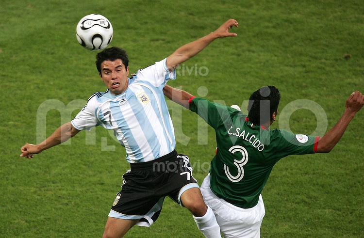 Fussball WM 2006  Achtefinale  Spiel 50 Argentinien - Mexiko Argentina - Mexico  RIQUELME (ARG, l) gegen Carlos SALCIDO (MEX).