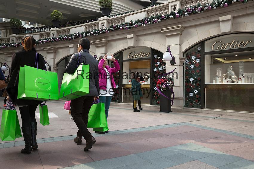 People's Republic of China, Hong Kong: Designer shop Cartier at Christmas in 1881 Heritage shopping centre on Kowloon peninsula   Volksrepublik China, Hongkong: Designer-Laden Cartier im 1881 Heritage Shopping Centre auf der Kowloon Halbinsel mit Weihnachtsdekoration